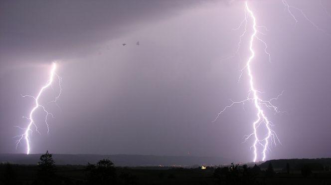 1024px-Lightning_14.07.2009_20-42-33